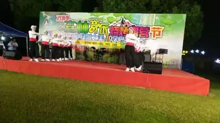 上海市崇明区城桥镇长兴村快乐有我健身队在森林公园表演广场舞《独一无二》2019.10.4