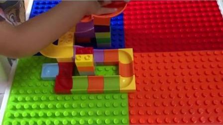 搭积木锻炼宝宝动手能力和想象力