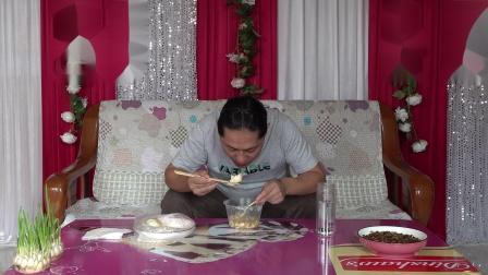 朱坤今天早上买了一些早点,豆腐脑和灌汤包,香好吃