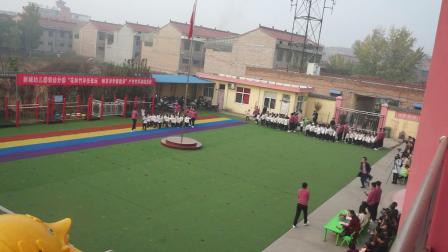 1、新城幼儿园轻纺分园户外竹竿游戏活动:幼儿入场