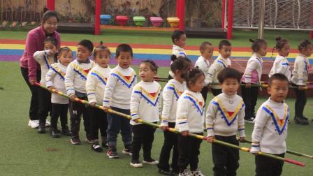 5、新城幼儿园轻纺分园户外竹竿游戏活动:小一班《袋鼠跳跳跳》