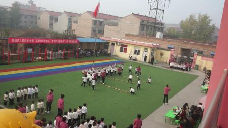 4、新城幼儿园轻纺分园户外竹竿游戏活动:大二班《我是小可爱》