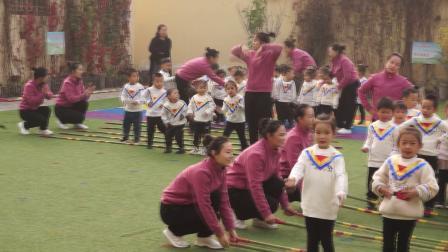 9、新城幼儿园轻纺分园户外竹竿游戏活动:师幼集体《同一个家》