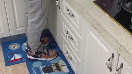 干净的厨房,怎么能少得了这个垫子,防水还防滑