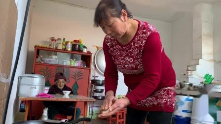 95岁老人有10个子女,中午去儿子家,看儿媳如何对待婆婆的