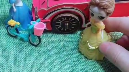 白雪发现了一个漂亮的车,那是贝尔的车,但是他更喜欢自己的车!