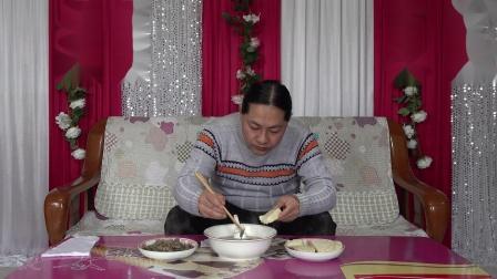 今天中午两个菜,朱坤做的炖鱼头和蘑菇炒肉,好吃里很