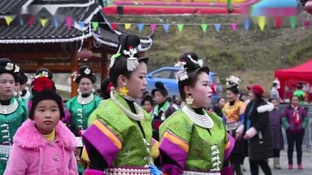 贵州丹寨县翻仰苗寨过苗年,苗族女性同胞穿盛装跳芦笙舞庆苗年