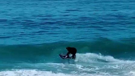 小姐姐浪太大了,你还是回家吧,小心又被拍在了沙滩上!