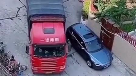 小车违规乱停车,大车试了几次都过不去!大车瞬间怀疑自己的技术了?