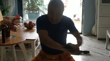 善撲营掼跤功夫第四代传承人何彦忠展示:小棒子的练法。