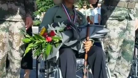 退休老兵参加阅兵仪式,等待上场的过程中,这暖心一幕被路人拍下!
