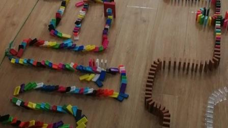 飞机机关 7岁孩子摆多米诺骨牌