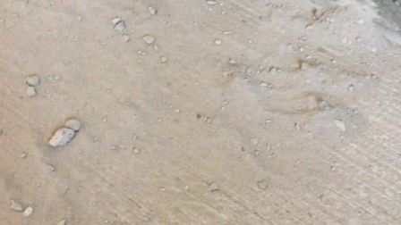 2020年4🈷️15日在新房次卧外墙漏水的地方撒上干的水泥粉尘,等后天下雨检验是否返潮。