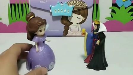 王后给贝儿买了密码本,贝儿拿着送给白雪了,贝儿真好!