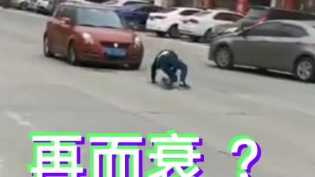 东莞一男子拦车碰瓷生意不成,司机紧急倒车后退最后逃离。