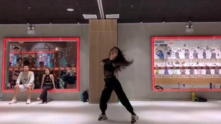 这支舞蹈帅炸了[奸笑] 每个动作也是干净利落的呢[爱心][爱心]