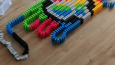 改进版五彩爪印 7岁孩子摆多米诺