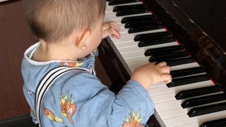 宝贝爱弹琴
