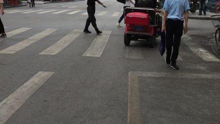 警察的三车平民