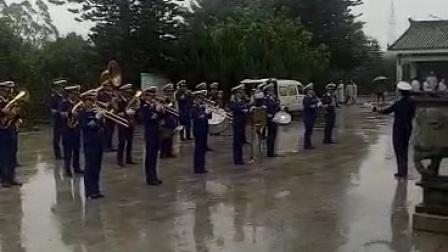 普照金牌雨中表演