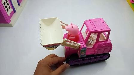 打开包装盒,佩奇的新玩具粉色铲车工程车(1)