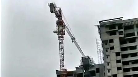 塔吊司机不知怎么样了,突然的就倒下去了真的是太危险了,希望没事!