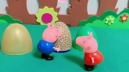 乔治不想写作业,躲在蛋壳里,不料被猪妈妈发现
