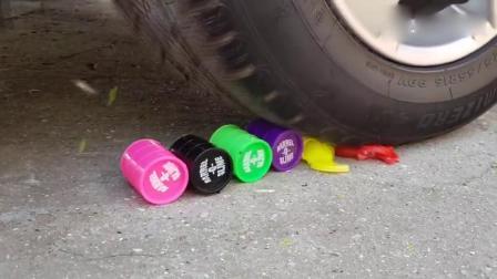牛人用汽车碾压彩泥玩具小汽车梳子,请勿轻易模仿!太减压了