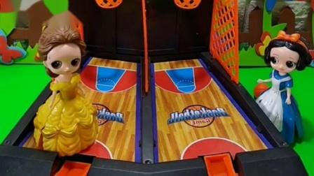 白雪公主想和王子在一起,要把篮球投中,白雪公主投中了
