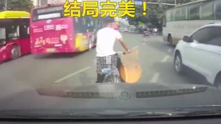 骑自行车的现在都这么嚣张么,居然敢跟汽车叫嚣,谁给你的勇气!
