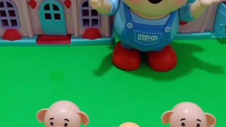 猪爸爸让三只小猪跳舞,给小猪们演示跳舞,小猪们说不好看