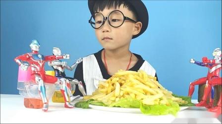 奥特曼和小泽一起玩玩具,妈妈拿来好吃的薯条,他们一起分享吃