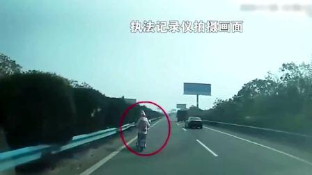 骑电动车上高速,这女的疯了吧?胆子太大了,还走快速道