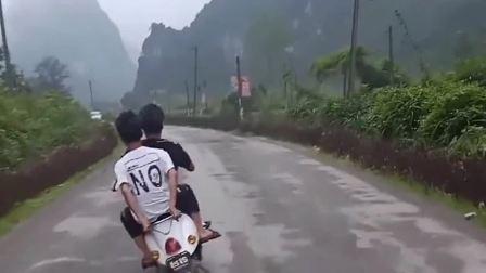骑上我心爱的小摩托,这真的是很浪呀,再也不会担心堵车