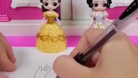 王后最近喜欢上画画,自己不会让白雪贝儿画,谁画的王后喜欢呢?