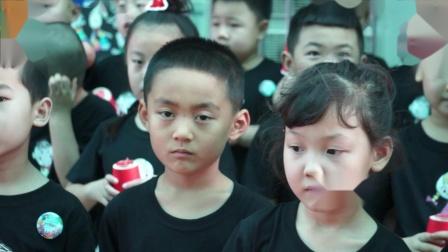 3、新绛县富力城幼儿园共世界成长毕业典礼情景演唱感恩的心