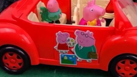 佩奇还想开车带乔治玩,怎么车子开不动啊,乔治都在后面叫呢!