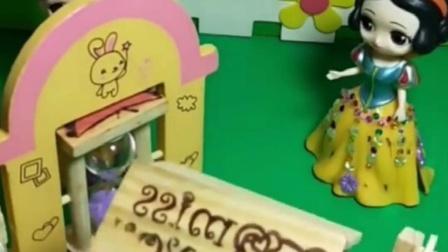 白雪的铅笔盒真好看,贝儿看着的样子也很好,谁的更好呢?