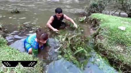 漂亮表搜和表哥去河里抓鱼,这操作真无敌了