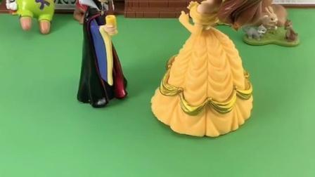 贝儿把王后的送的礼物都让出来,白雪看的也想要,贝儿会给白雪?