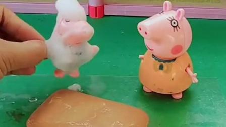 乔治放学回家洗澡,出来就想要吃雪糕,猪妈妈会给她买雪糕吗?