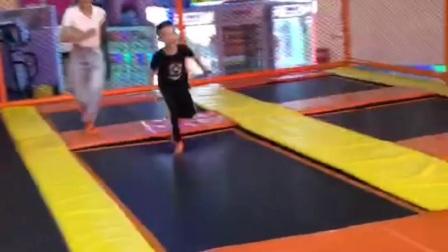 3岁多的心崽跳蹦蹦床