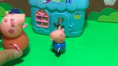 乔治就想要让猪妈妈抱,猪妈妈还要工作呢,乔治怎么不找佩奇玩?