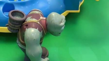 巨人僵尸怕吓着小朋友,趁游乐场没人的时候,才让小鬼玩滑梯!
