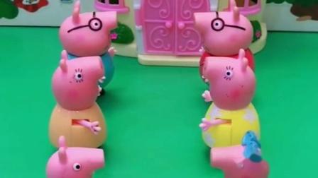 给了佩奇一个佩奇,给了乔治一个乔治,佩奇带她的同伴玩去咯!