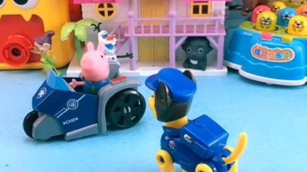 乔治看到小奇的电车呢,自己看到就开走,小奇自己还想要玩呢!