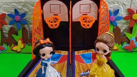 贝尔和白雪投篮比赛,奖品是白马王子,白雪投中了篮球