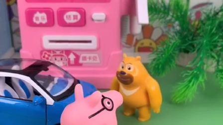 猪爸爸的车没油了,熊二给猪爸爸加油,猪爸爸没付钱就走了