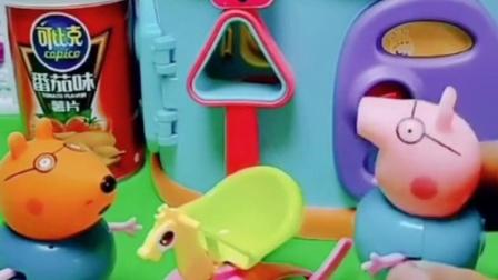 乔治刚坐上的小木马,小奇奶奶带着自己的孩子,还不让乔治玩呢!